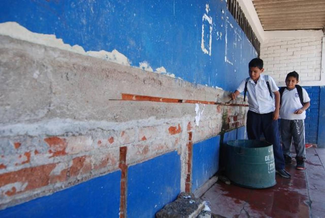 Los alumnos deben de turnarse para beber agua. Foto EDH / CRISTIAN DÍAZ