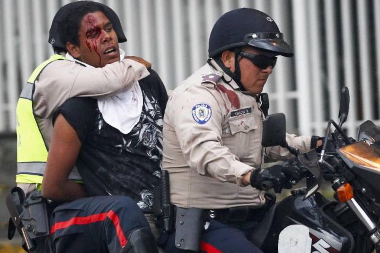 Miembros de la Policía Nacional Bolivariana (PNB) detienen a un manifestante opositor, durante nuevos enfrentamientos en la Plaza Altamira de Caracas. foto edh / reuters