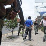 Los soldados patrullas las calles del país en apoyo a la PNC. FOTO EDH Archivo.