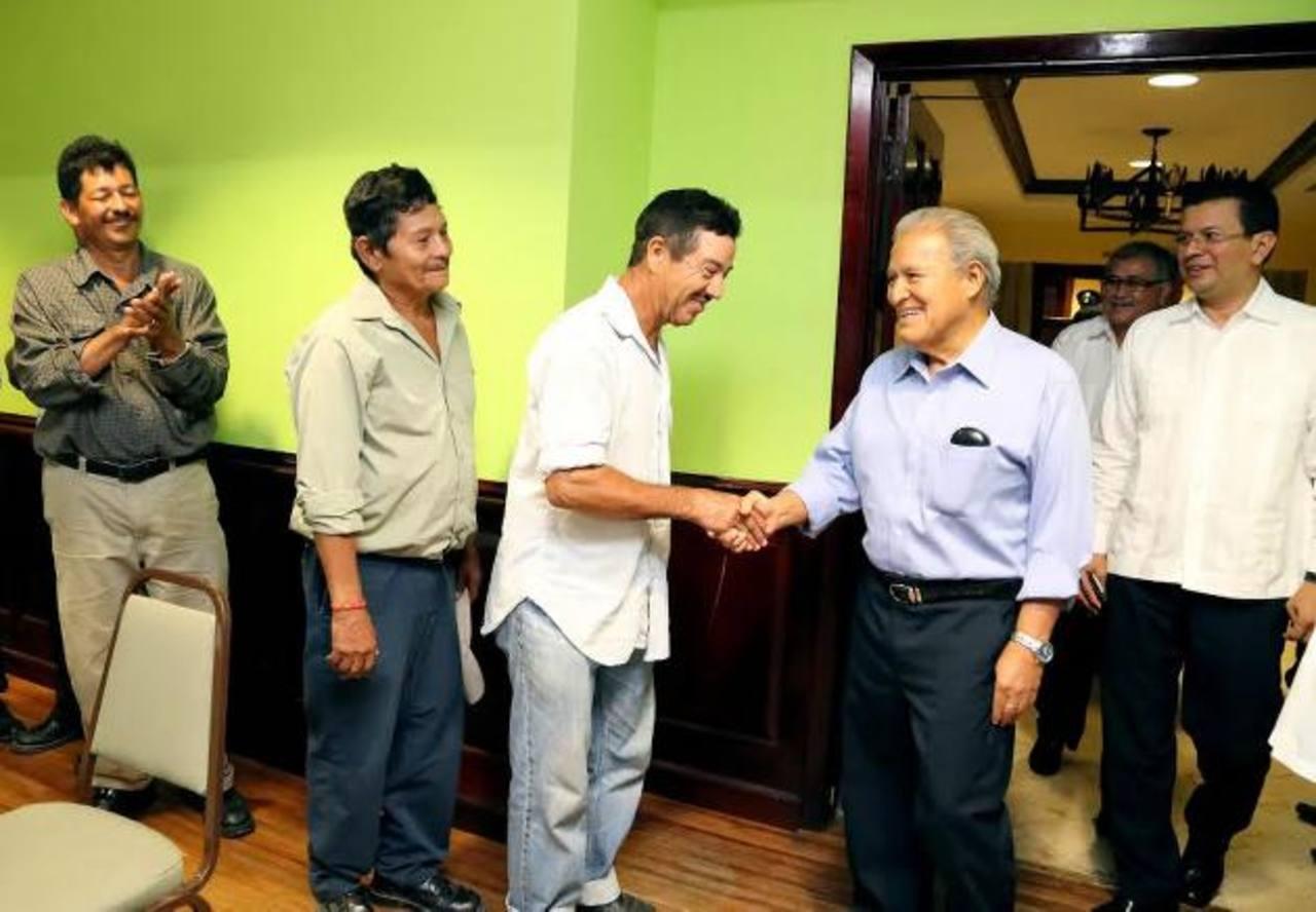 Connacionales residentes en Belice saludan al presidente electo, Salvador Sánchez Cerén. En la gira por la región lo acompaña Hugo Martínez, quien será su canciller. Foto EDH / cortesía