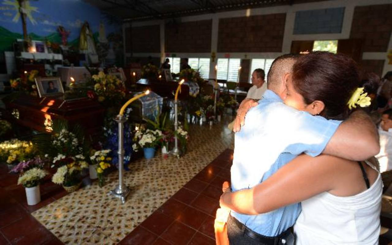 foto edh / douglas urquillaPobladores del cantón Copinolapa asistieron ayer al velorio de cuatro de las siete víctimas del percance. Fotos EDH / Jaime Anaya.