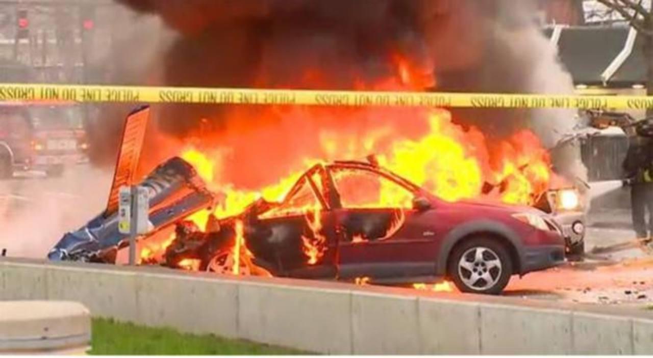 Dos muertos tras estrellarse helicóptero contra vehículos en Seattle