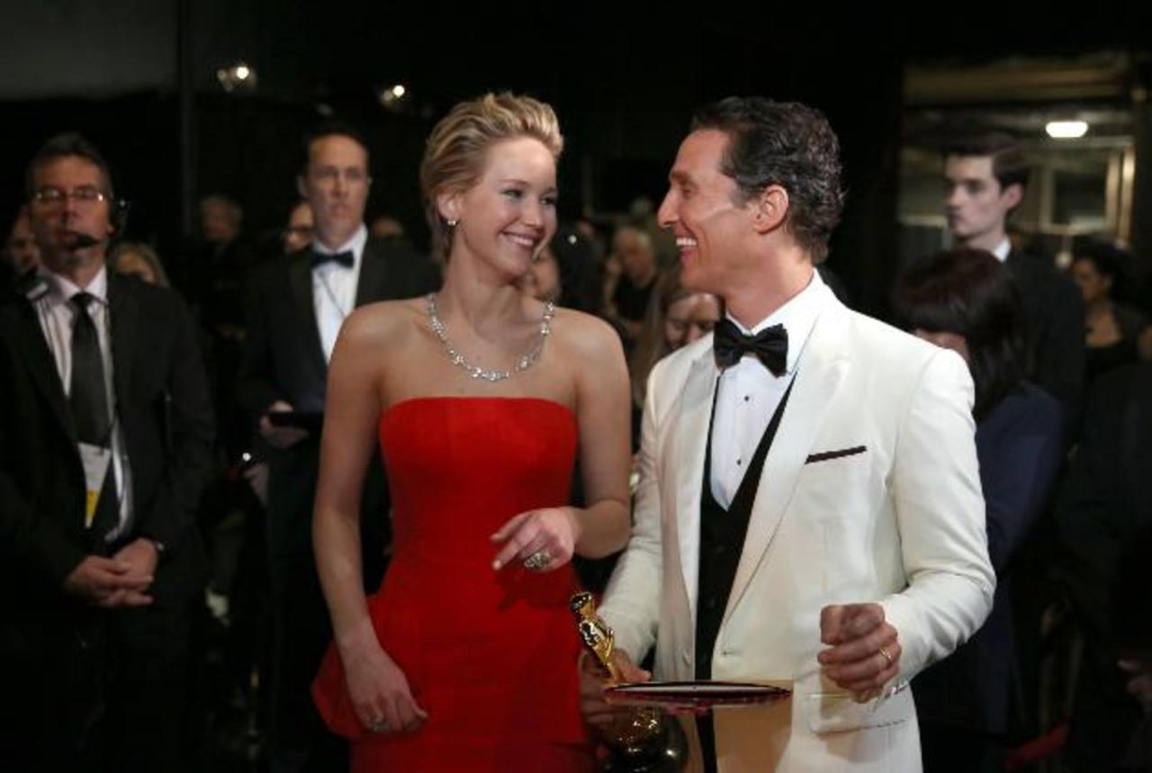 En esta foto del 2 de marzo del 2014, Jennifer Lawrence y Matthew McConaughey tras bambalinas en la ceremonia de los Oscar, en el Teatro Dolby de Los Ángeles. Foto/ AP - Archivo