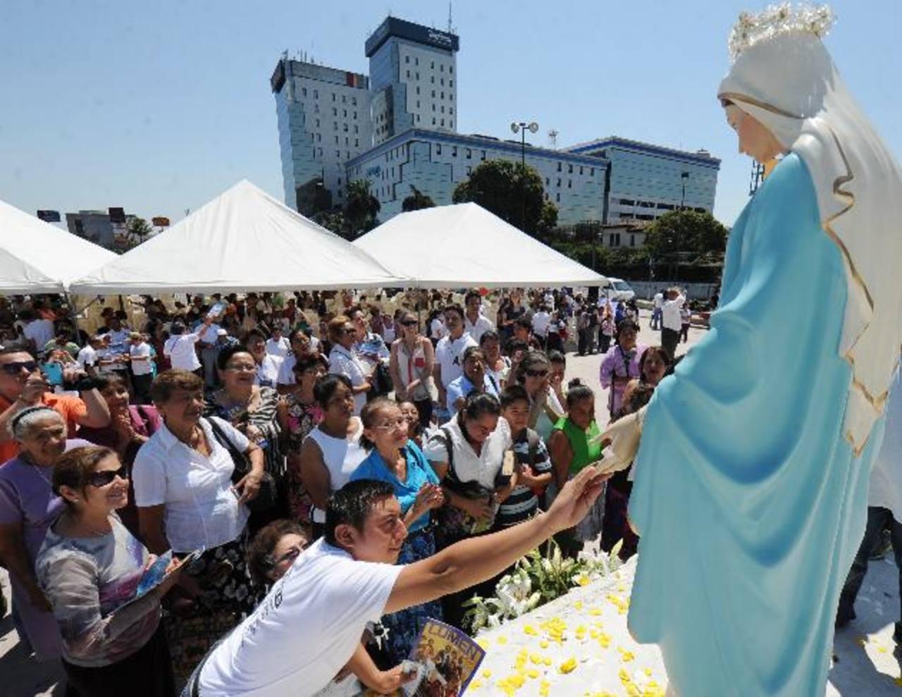 El fervor religioso era evidente en los feligreses.Decenas de cristianos acudieron a la cita espiritual organizada por el Comité de Oración por El Salvador. fotos edh /huber rosales