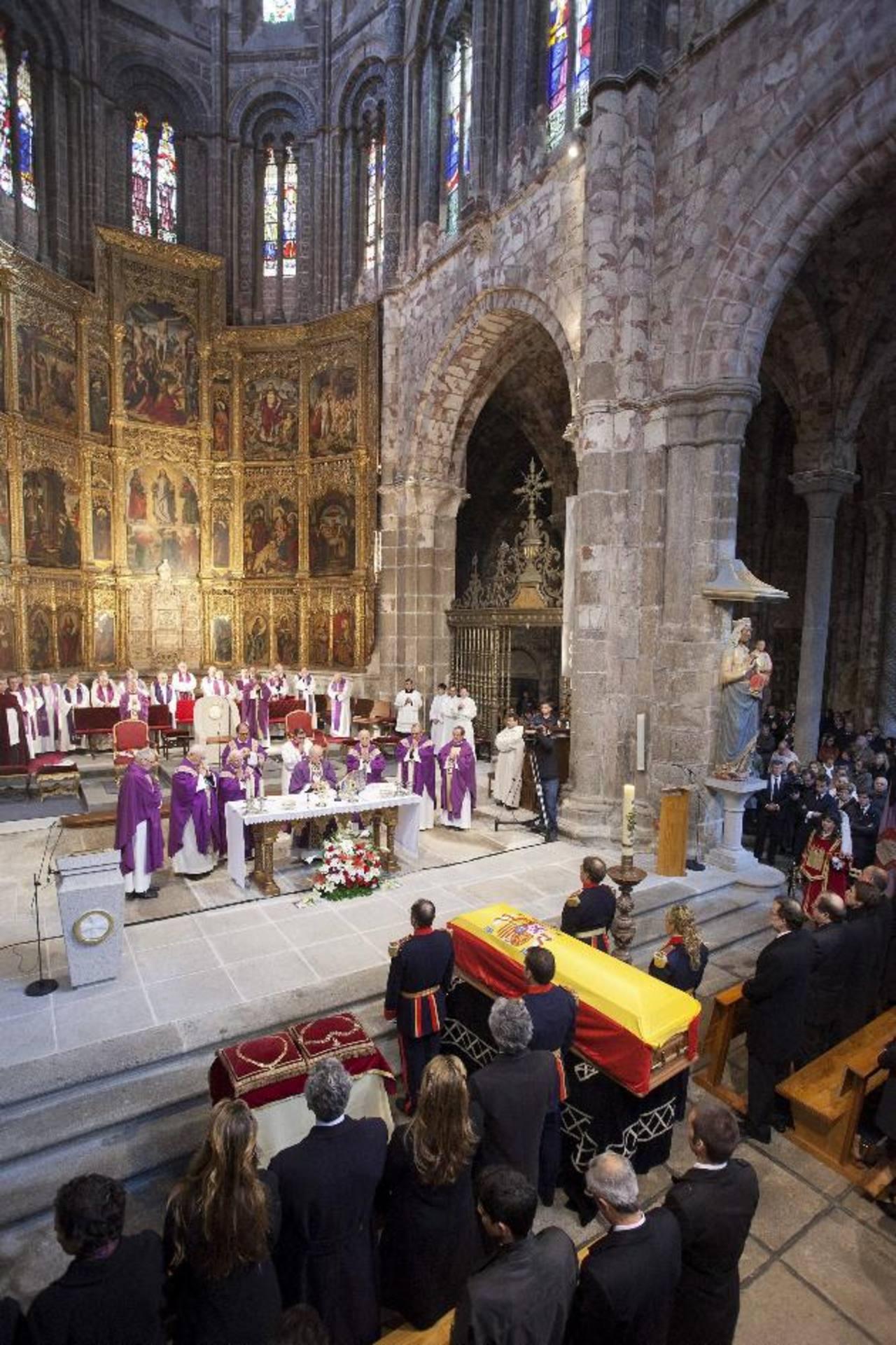 El funeral del primer presidente de Gobierno de la democracia, Adolfo Suárez, fue oficiado ayer en la catedral de Ávila, donde lo sepultaron junto a los restos de su esposa. fotos edh / EFE