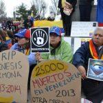 Venezolanos que residen en Washington se apostaron ayer frente a la sede de la OEA para protestar por la decisión de no dejar a la dirigente opositora que explicara lo que sucede en Venezuela. Foto edh / Tomás Guevara