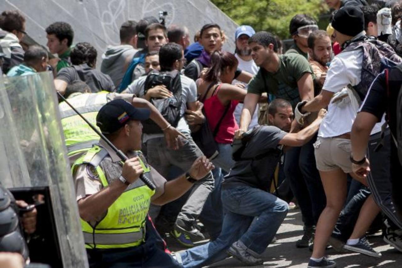 Opositores riñeron ayer con miembros de la Policía Nacional Bolivariana tras una concentración que fue convocada por las organizaciones estudiantiles en Caracas. foto edh / efe