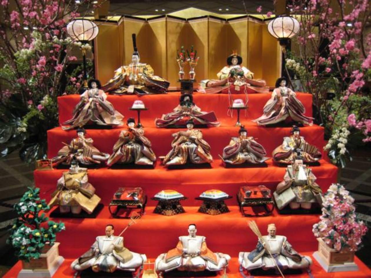 Las muñecas del Hinamatsuri se colocan en un orden específico, según el valor jerárquico y espiritual que cada personaje representa para la cultura japonesa. El arte floral japonés es mejor conocido como Ikebana. Las muñecas y sus ornamentos de la ép