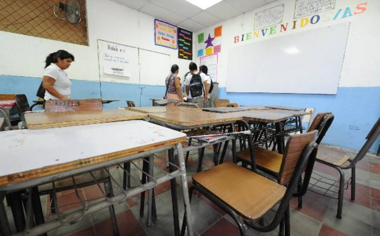 Tras dos meses de haber empezado el año lectivo, las instituciones educativas del sector público no tienen dinero para comprar materiales didácticos y pagar cuentas. Foto EDH / ARCHIVO