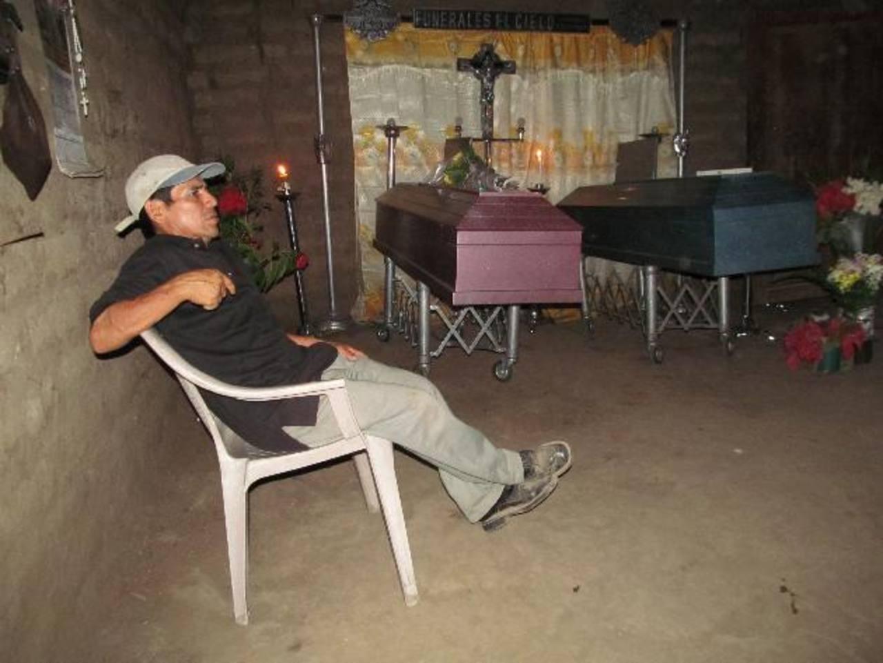 Las víctimas de la masacre en Opico fueron sepultados ayer. La mujer y su hija en el cementerio del cantón Lomas del Copinol. El hombre en Opico. Foto EDH / Jorge Beltrán.
