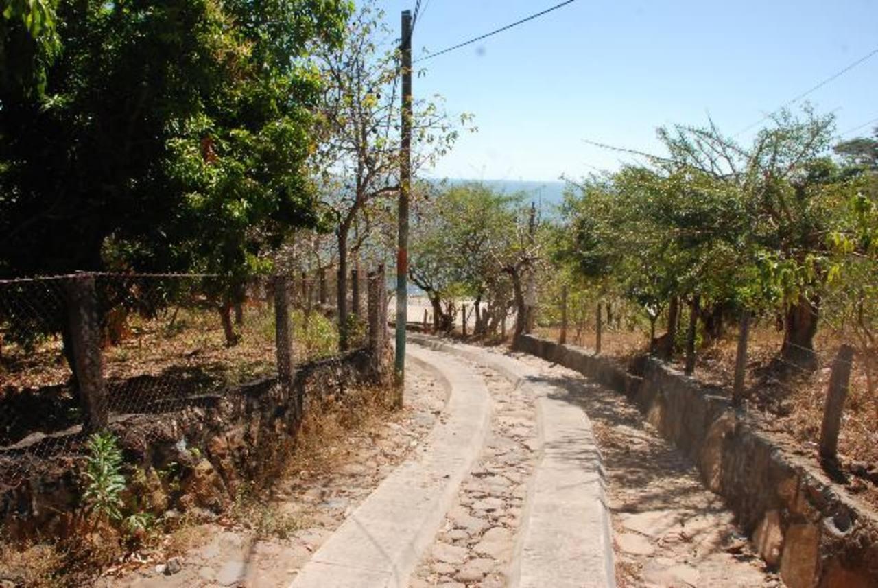 Los habitantes de la isla esperan que se culmine el proyecto. Foto EDH / Insy MendozaLa vía conecta el casco urbano del municipio insular con el cantón Salvadorcito.