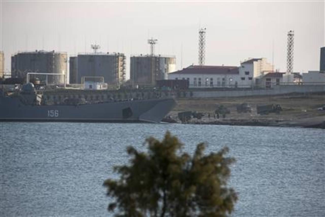 Camiones salen del buque de desembarco, cerca de Sebastopol, Crimea. Foto Reuters