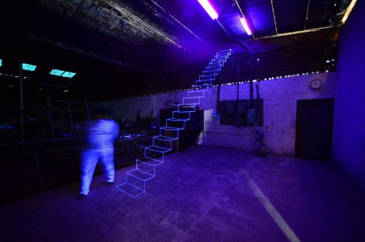 Instalación del artista Ronald Morán. En la oscuridad total la pieza invita hacia el infinito. Foto EDH / Omar Carbonero