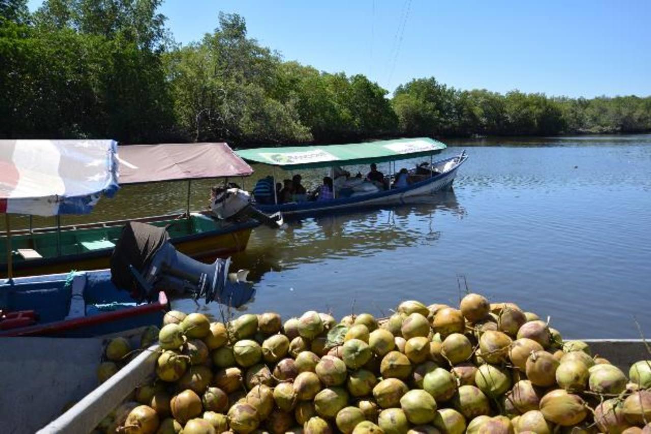 Los isleños salen por Puerto Parada para ir a comprar sus víveres. foto EDHCarlos segovia.