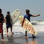 Arrancan las lecciones de surf en la playa El Pimental