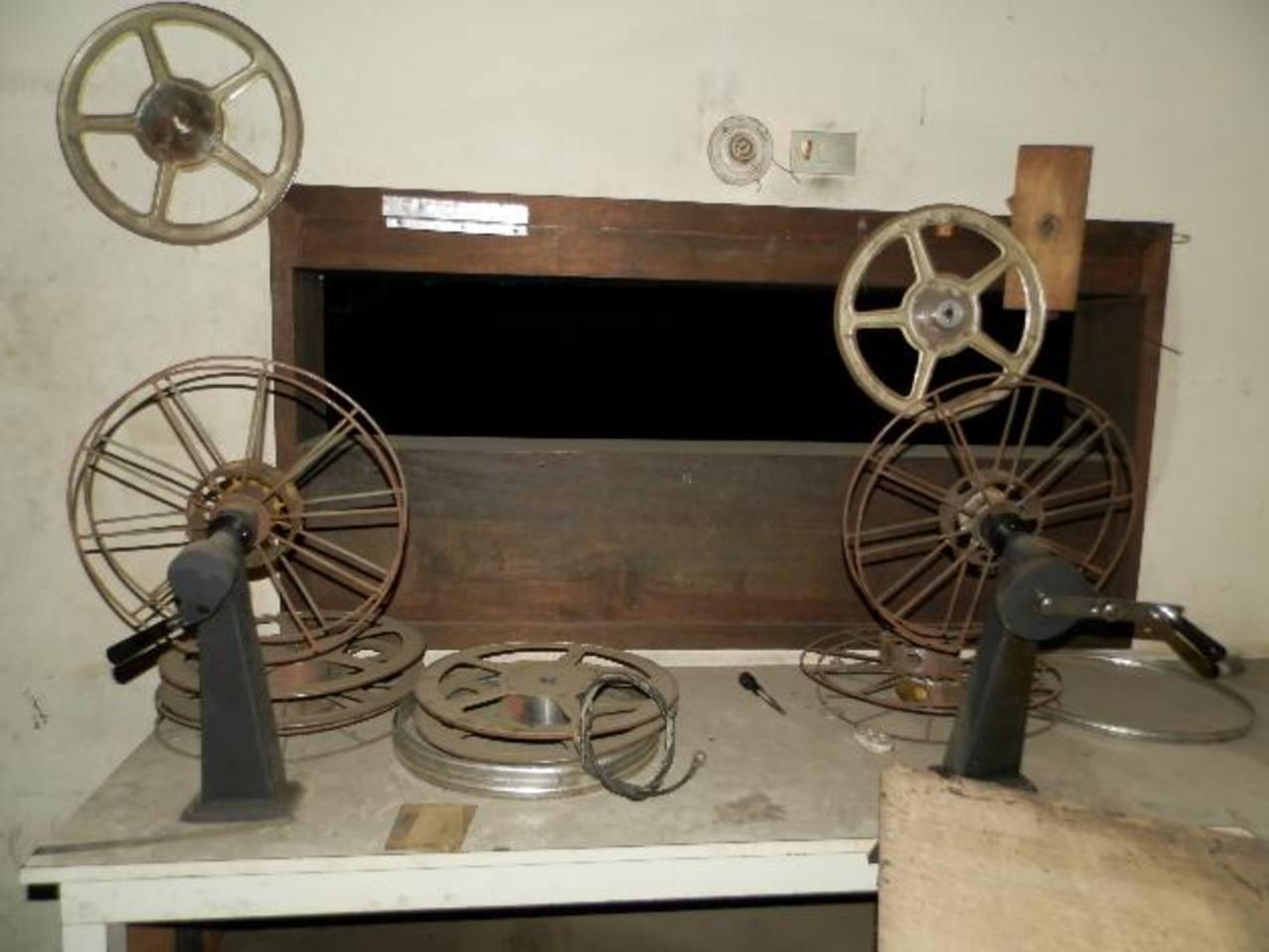 El excine aún conserva varios aparatos que se usaban para las proyección de las películas. Foto EDH / MILTON JACOEl excine está entre Calle Libertad Oriente y 3a. Avenida Sur. Entre los años 2001 y 2005 en el lugar funcionó la Gobernación.