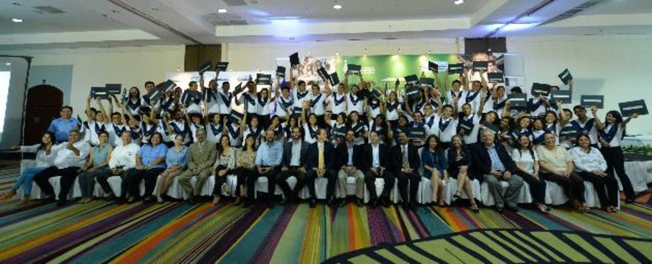 Este año, 67 estudiantes de Sonsonate y San Miguel recibieron sus certificaciones en idioma inglés (TOEIC) y en informática. Fotos EDH / Marlon Hernández