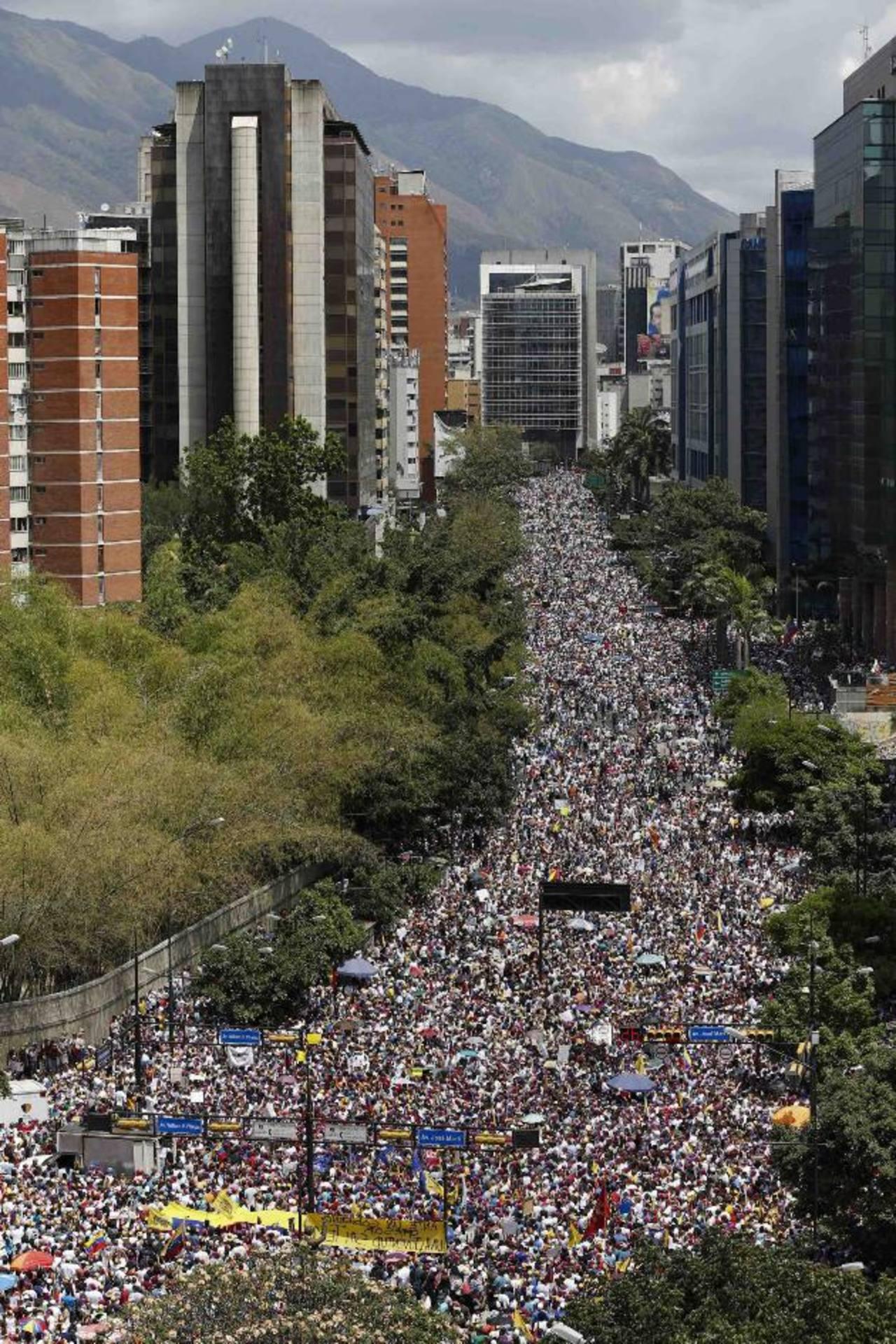 Miles de personas, en su mayoría estudiantes universitarios, marcharon ayer contra del gobierno de Maduro en Caracas. foto edh / REUTERS