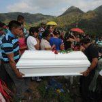Familiares y allegados a Fernando de 3 años le dieron el último adiós al niño en el cementerio general de Panchimalco. Foto/ Archivo