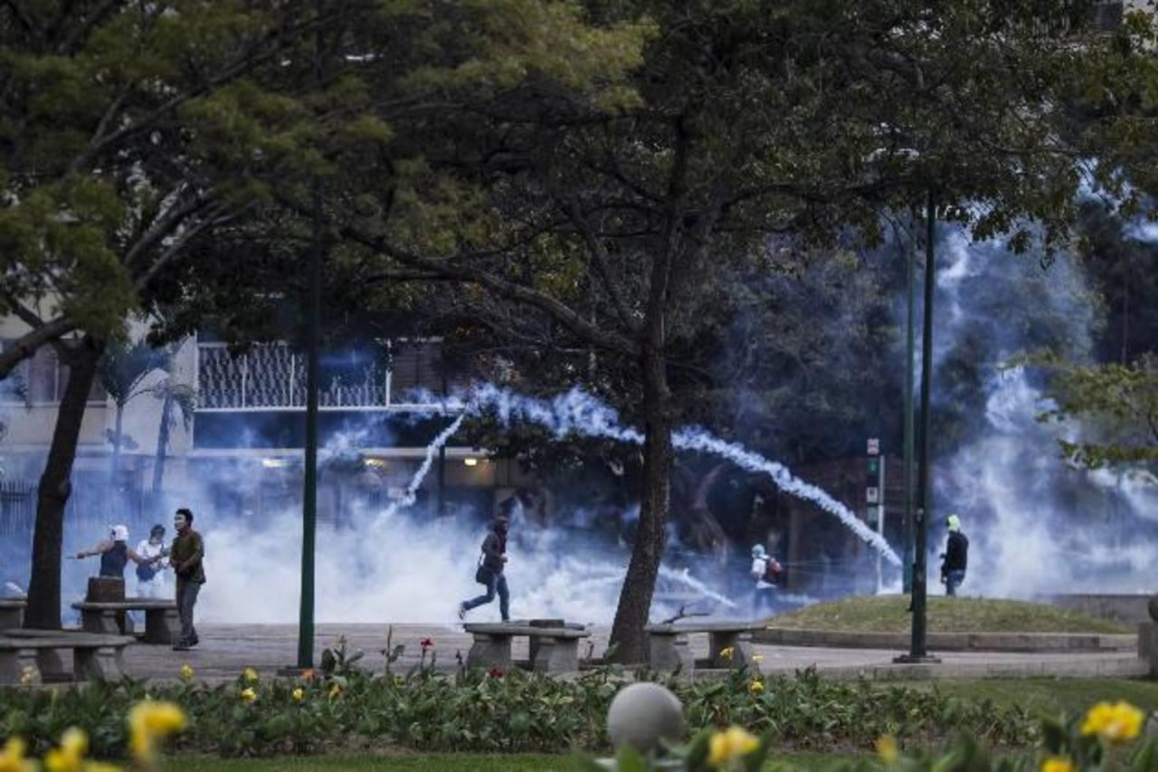 Manifestantes e integrantes de la Policía Nacional Bolivariana (PNB) durante una protesta contra el gobierno del presidente Maduro. foto edh / EFE