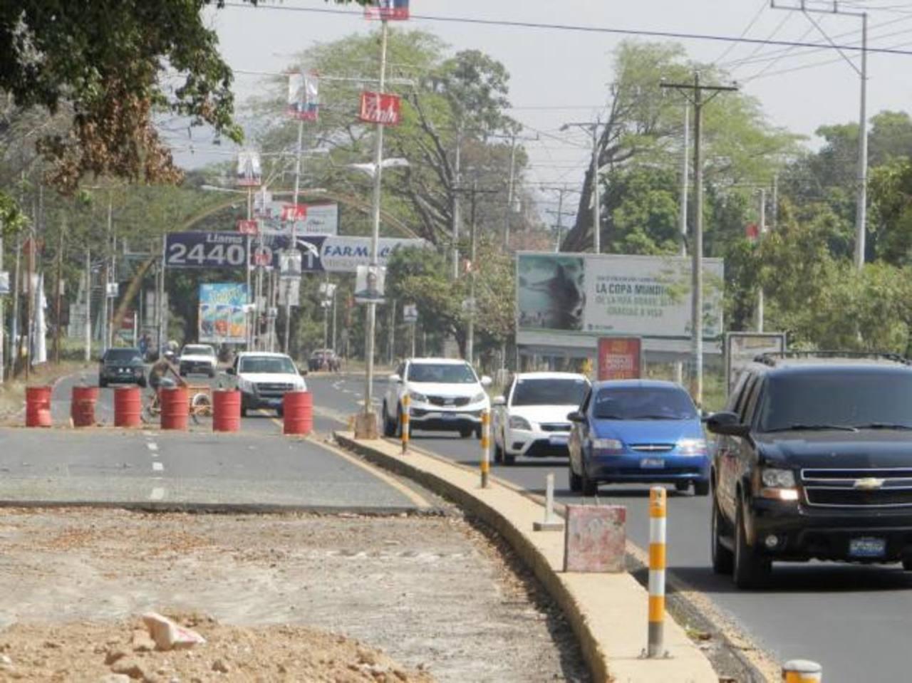A poco más de un mes del inicio de la construcción del redondel frente a la urbanización El Trébol, el lugar se ha vuelto propicio para accidentes de tránsito. Foto EDH / Milton Jaco