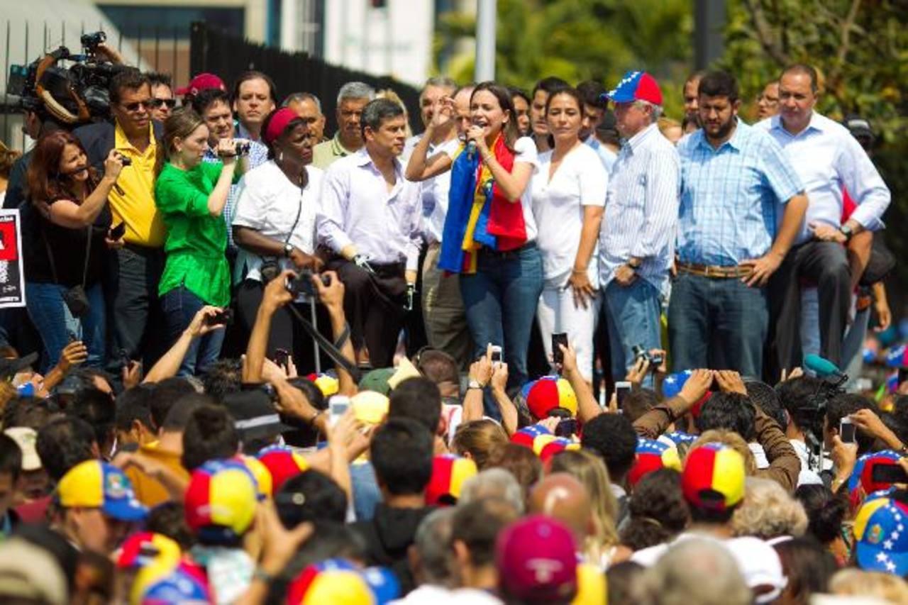 La dirigente opositora venezolana María Corina Machado (c) habla durante la concentración que convocó en la plaza Brion, en Chacaito (Caracas), luego de arribar de Lima (Perú). foto edh / efe