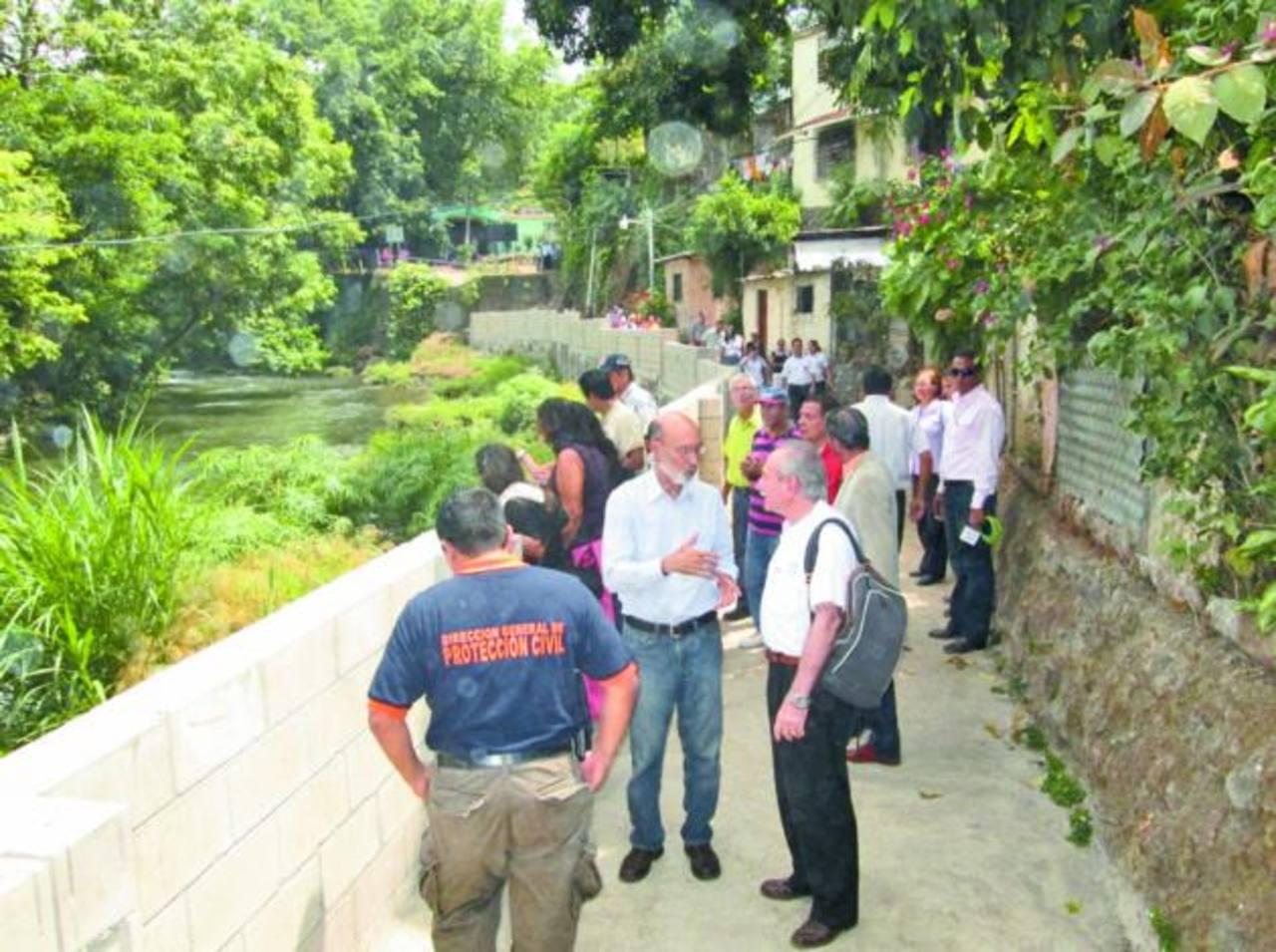 En algunas comunidades construyeron muros para evitar las inundaciones. Foto EDH/ CORTESÍA