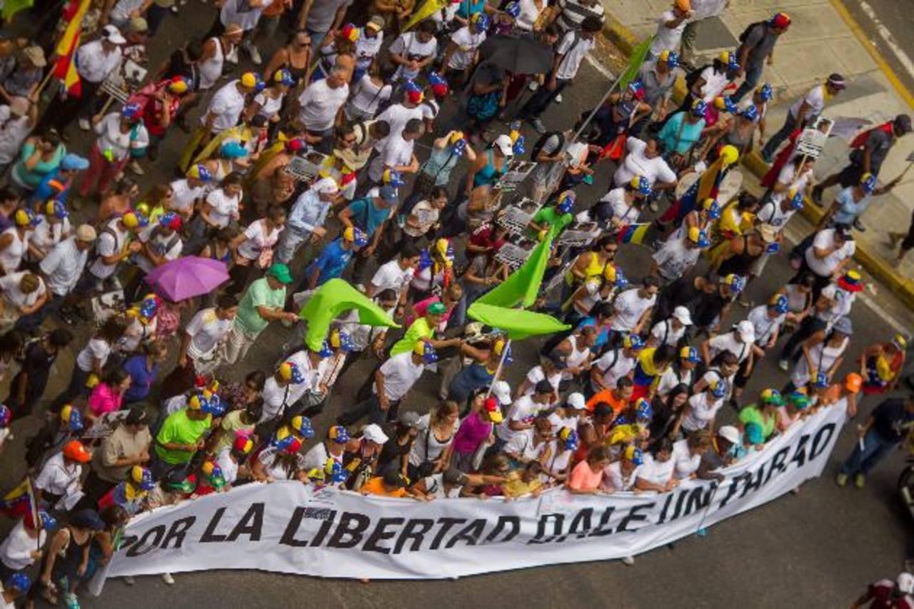 Cientos de manifestantes opositores al gobierno de Maduro marcharon ayer por la avenida Francisco de Miranda, en Caracas, para pedir por la liberación de los presos. Foto EDH / efe