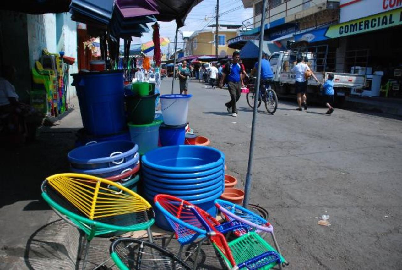 Los comerciantes están molestos porque los rótulos eran para reservar parqueo a los clientes. Foto edh / Lucinda Quintanilla