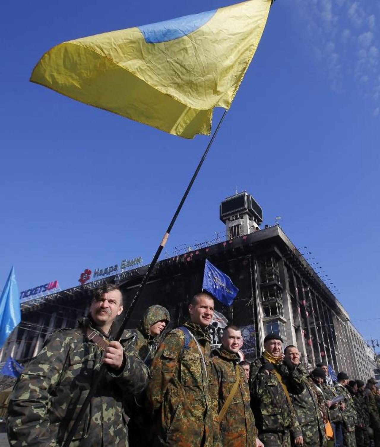 Voluntarios ucranianos de las fuerzas de autodefensa pasan una revisión ayer en la Plaza de la Independencia en Kiev antes de su traslado a un campo de entrenamiento. foto edh / EFE