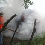 La fumigación es una de las medidas para matar al zancudo adulto y así evitar la cadena de transmisión del dengue. Foto EDH / archivo