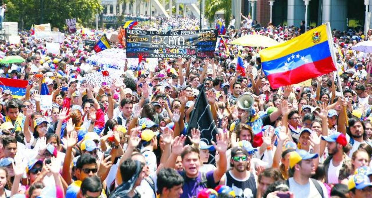 Miles se concentraron ayer para protestar contra el gobierno de Maduro. foto edh/ Reuters