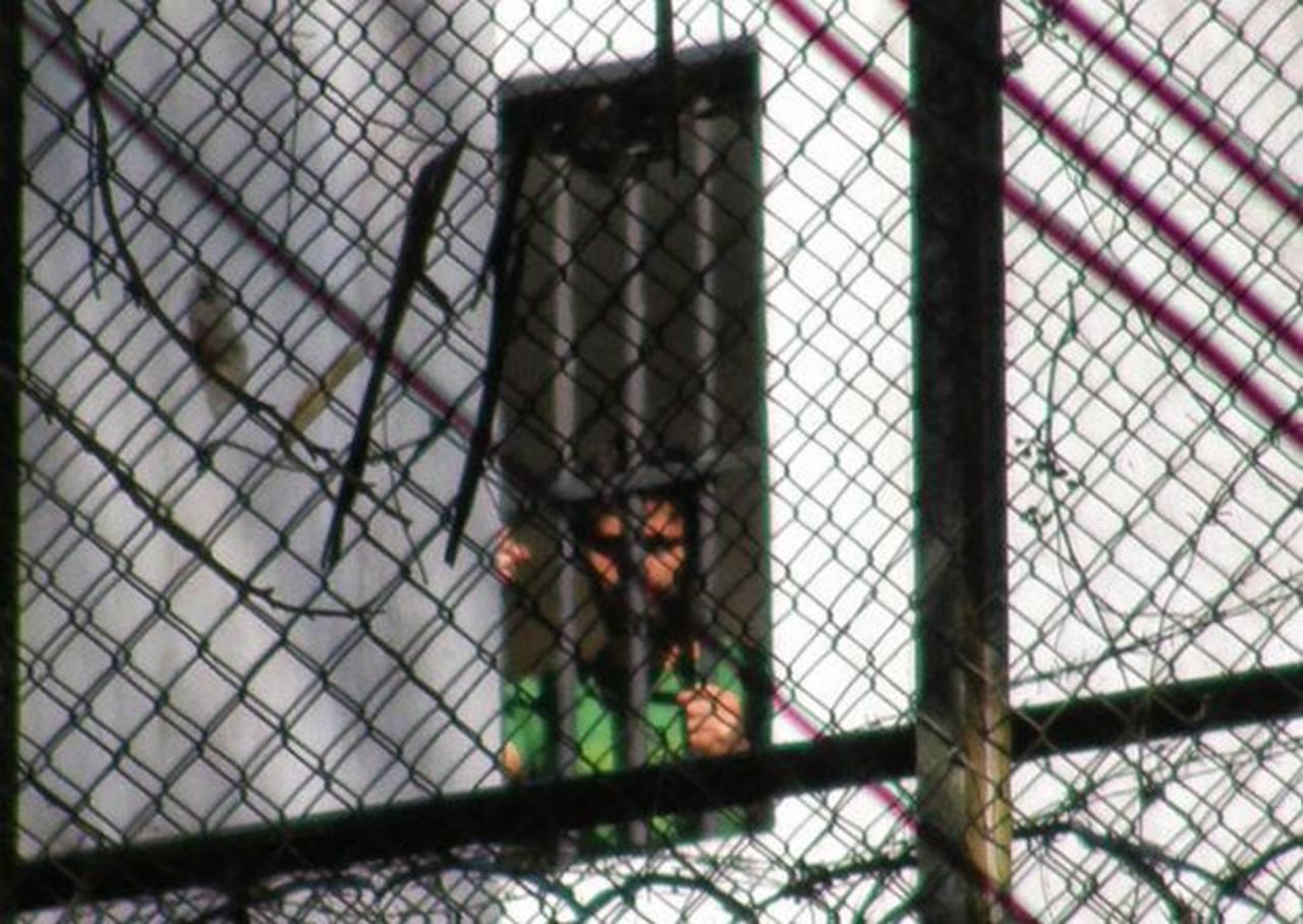La imagen de Leopoldo López en prisión trascendió el pasado 6 de marzo. Sitio donde asesinaron al estudiante Daniel Tinoco. edh / EFEUn policía chavista persigue a un manifestante en la Plaza Altamira en Caracas. foto edh / Reuters