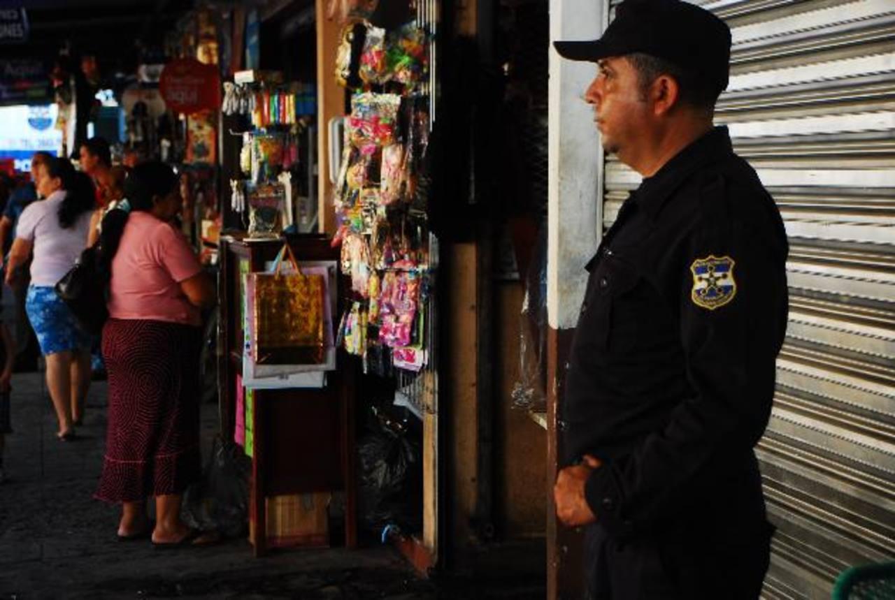 Los agentes de policía realizan registros a transeúntes y en locales comerciales del centro. Foto EDH / Jenny Ventura