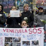 Venezolanos residentes en Suiza llamaron la atención de la comunidad internacional. Foto EDH /EFE.Opositores se protegen de los cañones de agua con escudos improvisados, en Caracas. Foto EDH / REUTERS.