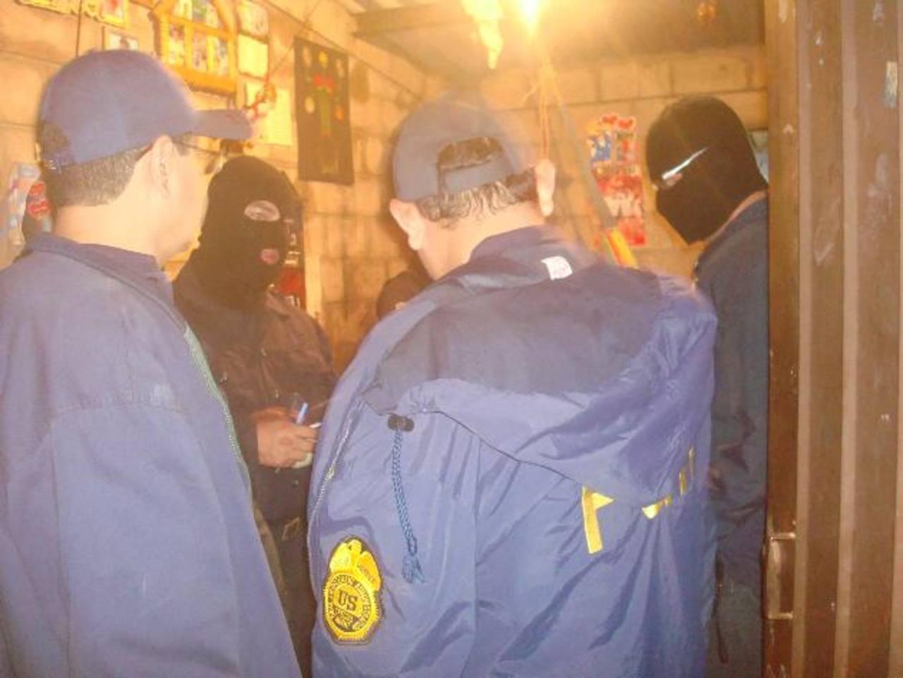 Agentes policiales y fiscales desarrollaron un operativo que terminó con 16 detenciones en horas de la madrugada, en diferentes poblados de Apopa: El Sartén, Las Brisas y alrededores de Joya Grande. Foto / Cortesía FGR
