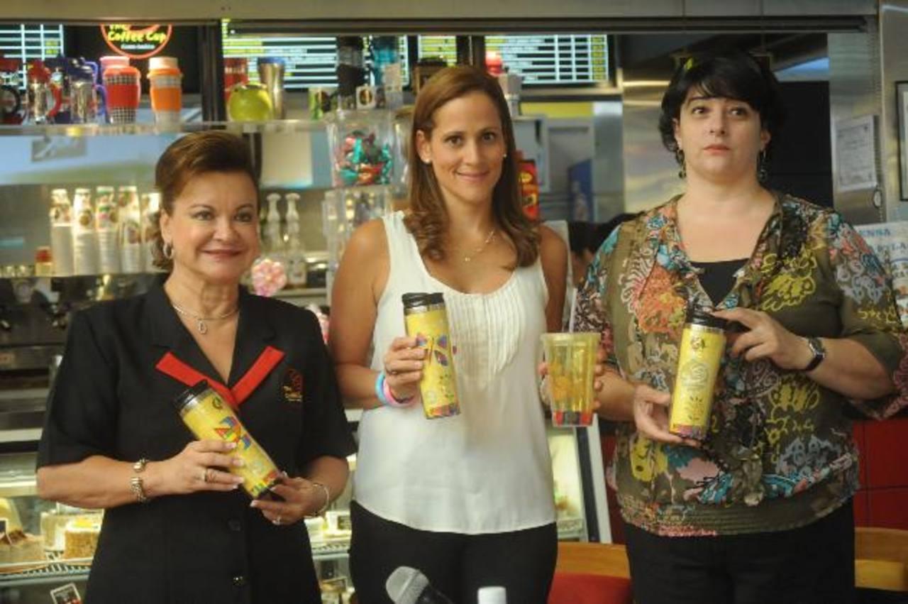 Leyla de Quirós, de Coffee Cup; Mónica de Samayoa, de Funter; y María José Llort, de Fundación Llort, con los vasos.