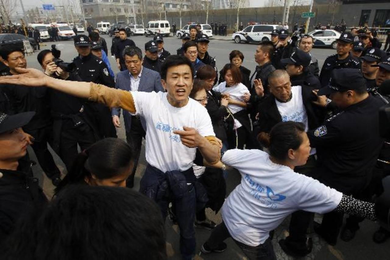 Familiares de los desparecidos protestan hoy junto a la embajada de Malasia en Pekín. Foto EFE