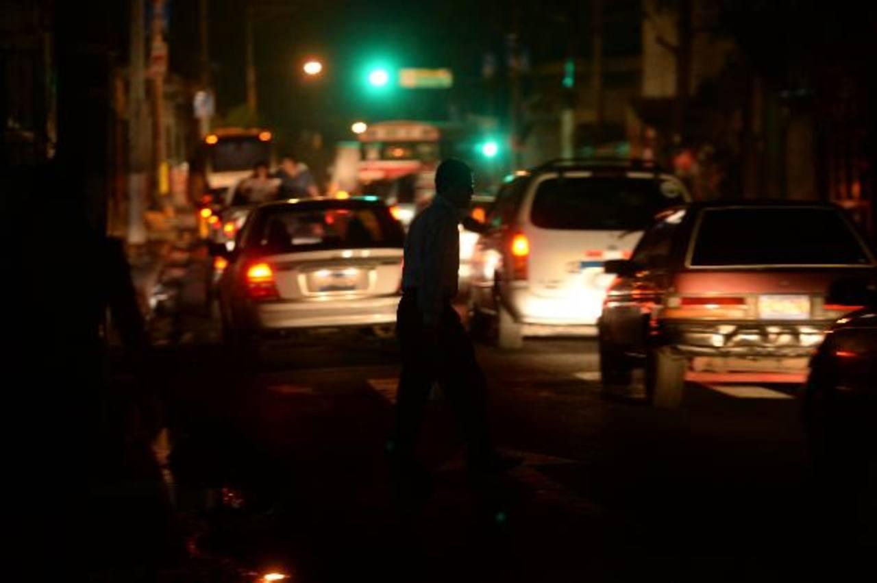 En San Salvador existen cerca de 27 mil lámparas del alumbrado público, las cuales, muchas veces, son dañadas por delincuentes para mantener a oscuras algunas zonas de la ciudad y cometer sus fechorías. Muchos peatones denuncian que han sido asaltado