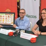 Carlos Lara de Súper Selectos y Michelle Ordoñéz de Davivienda presentan descuentos. FOTO EDH