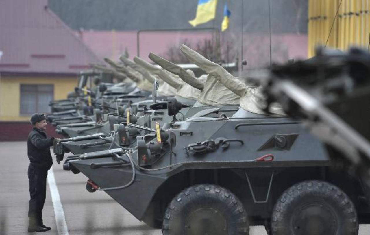 Un soldado ucraniano inspecciona vehículos armados en una base militar en Lviv. foto edh / agencia EFE