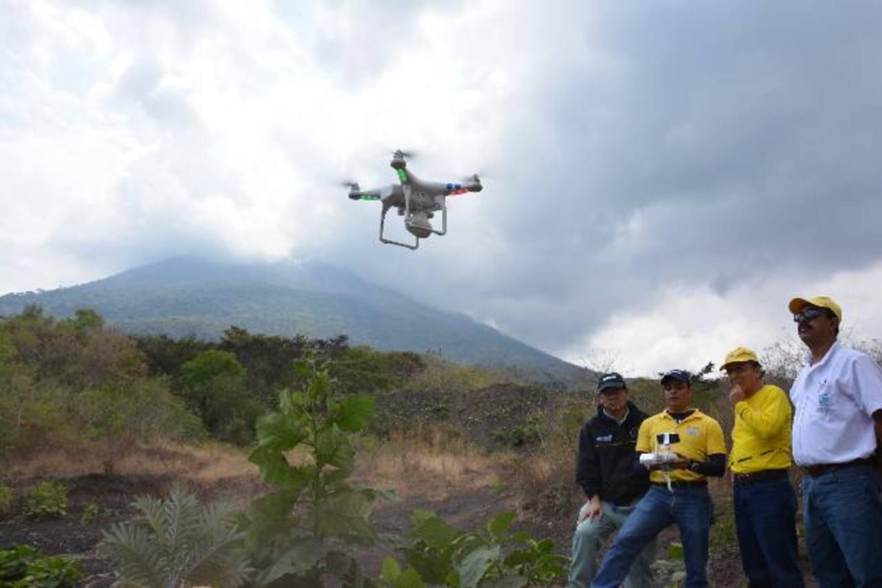 Los técnicos del MOP captan imágenes de la parte alta, usando vehículos aéreos no tripulados. foto edh/carlos segovia
