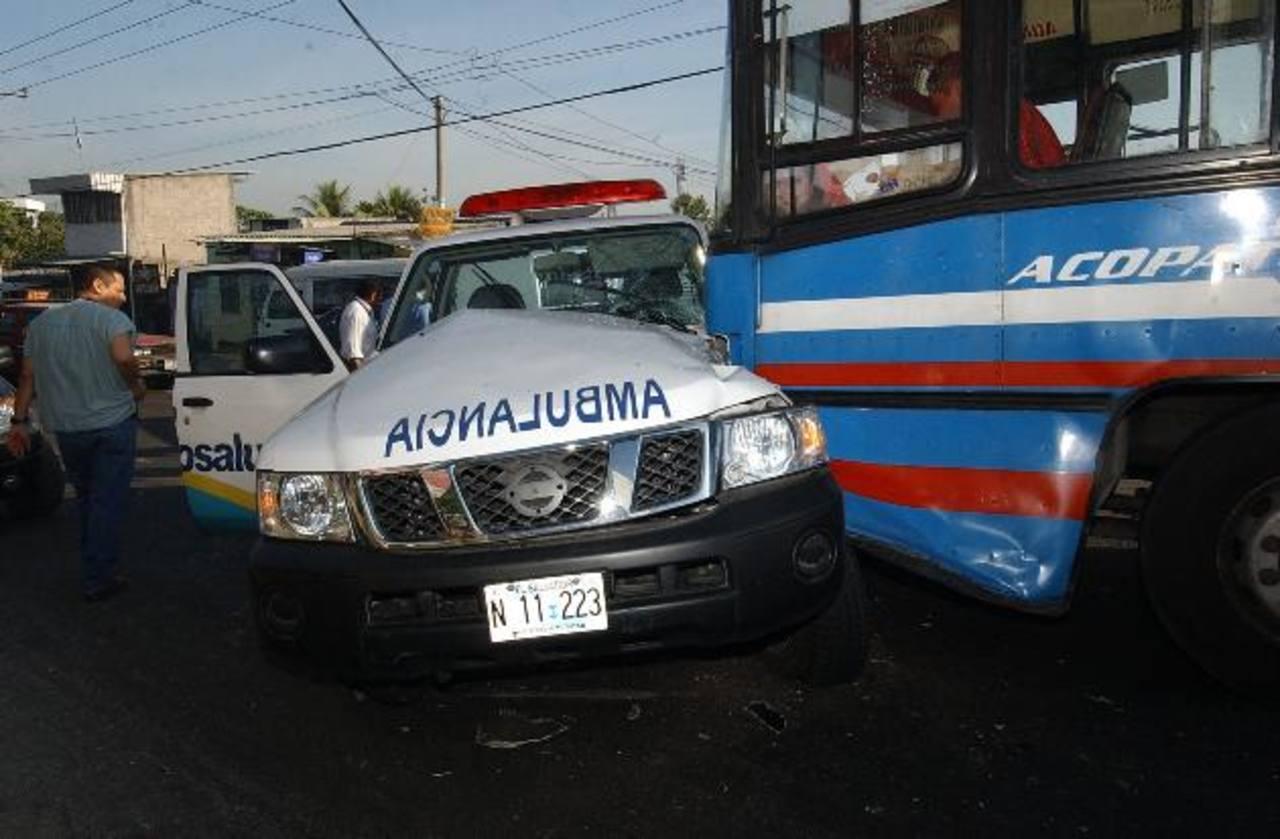 Ambulancias de la red hospitalaria y entidades de socorro se han visto involucradas en accidentes de tránsito. El llamado es a respetar el paso de estos vehículos. Foto EDH / archivo