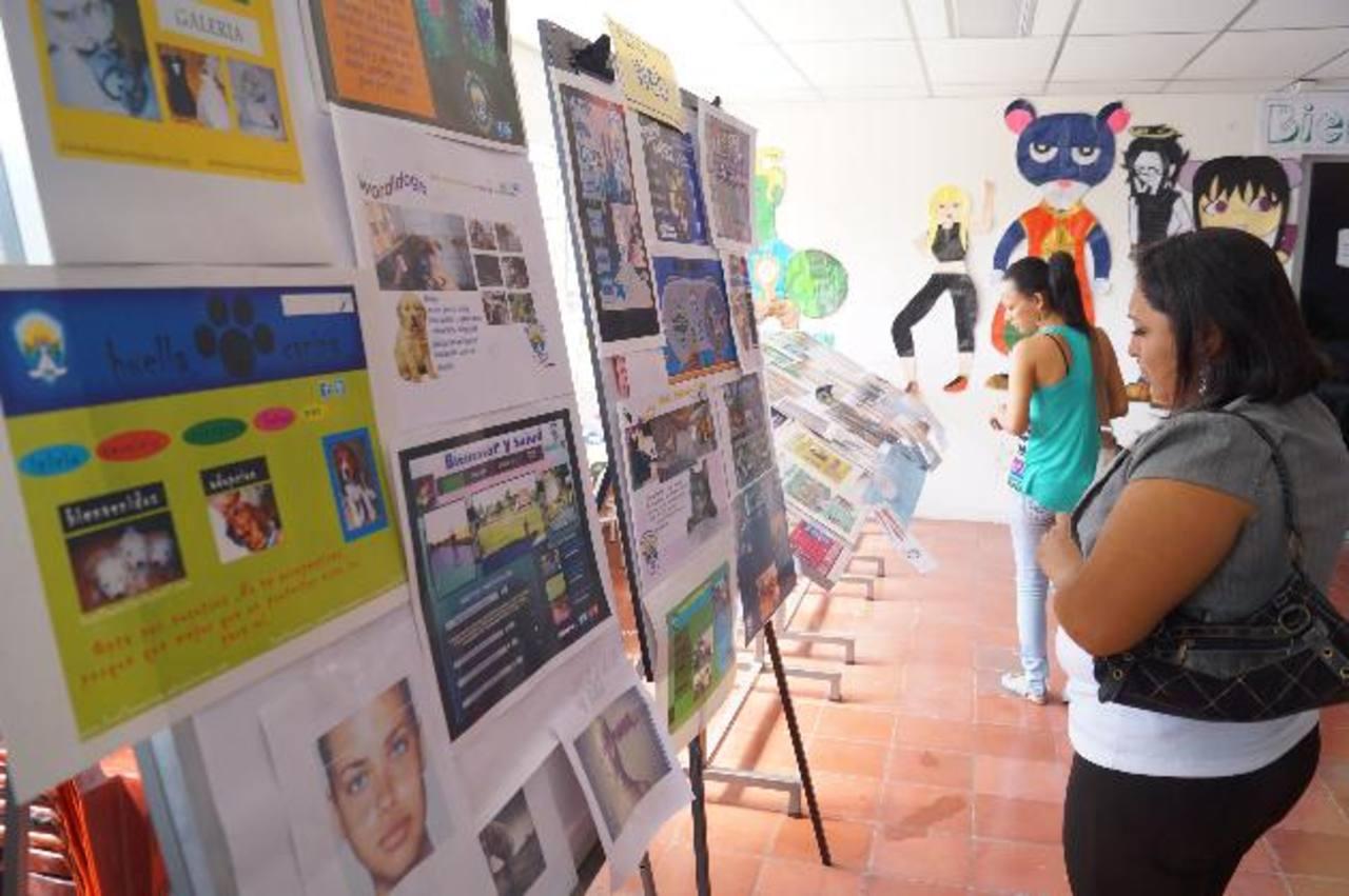 Amigos y familiares de los graduados conocieron los trabajos de los jóvenes. foto edh / cortesíaEl edil Jaime Lindo (derecha) ha seguido de cerca el aprendizaje de los beneficiados con el proyecto.