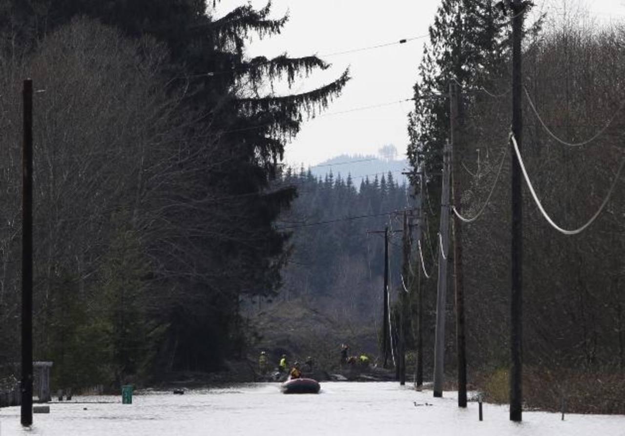 Socorristas realizaban labores de búsqueda de personas desaparecidas tras alud en Washington. Foto/ Reuters
