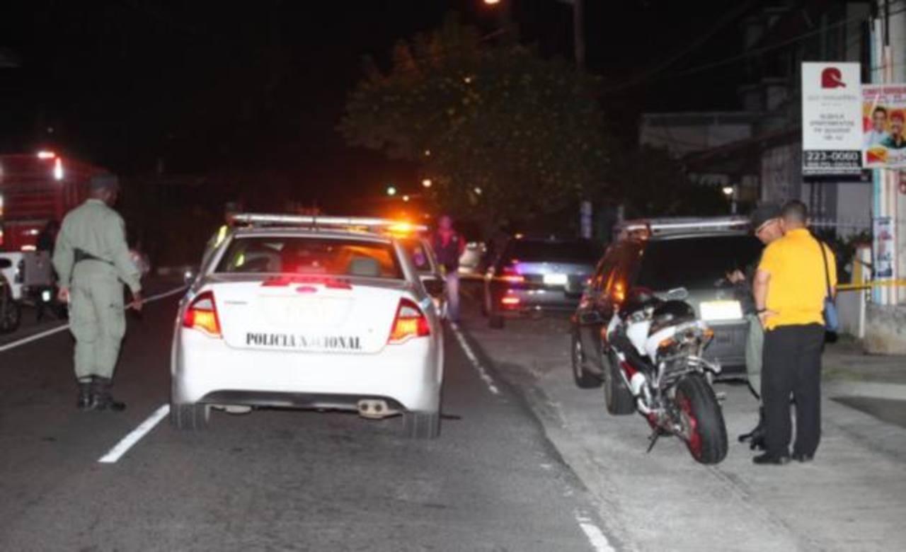 Policías acordonan el sitio donde fueron atacados a balazos los dos salvadoreños en Panamá. Foto EDH / critica.com.pa