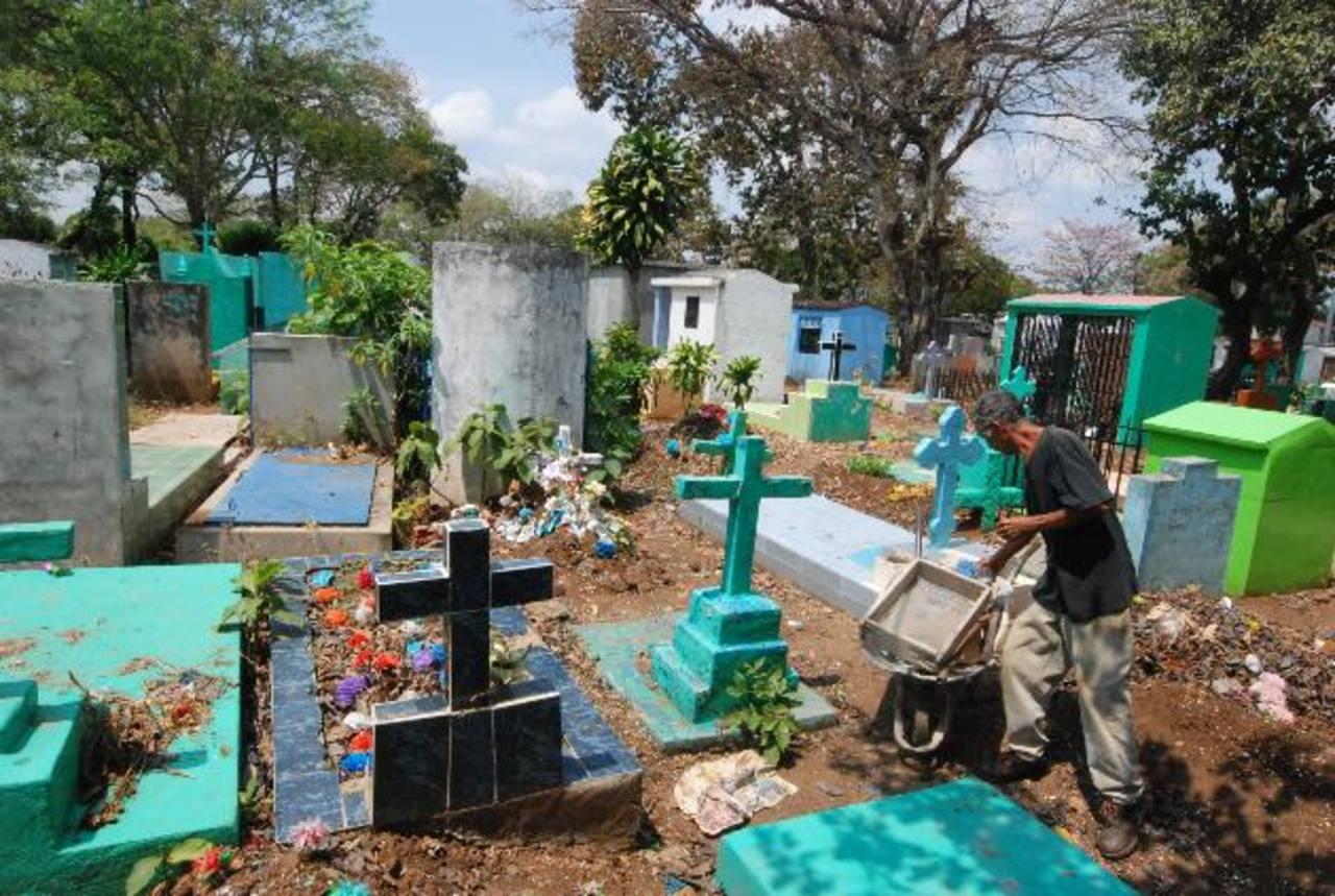 Personas dicen que son pocos los espacios disponibles en el cementerio. Foto EDH/ CRISTIAN DÍAZ