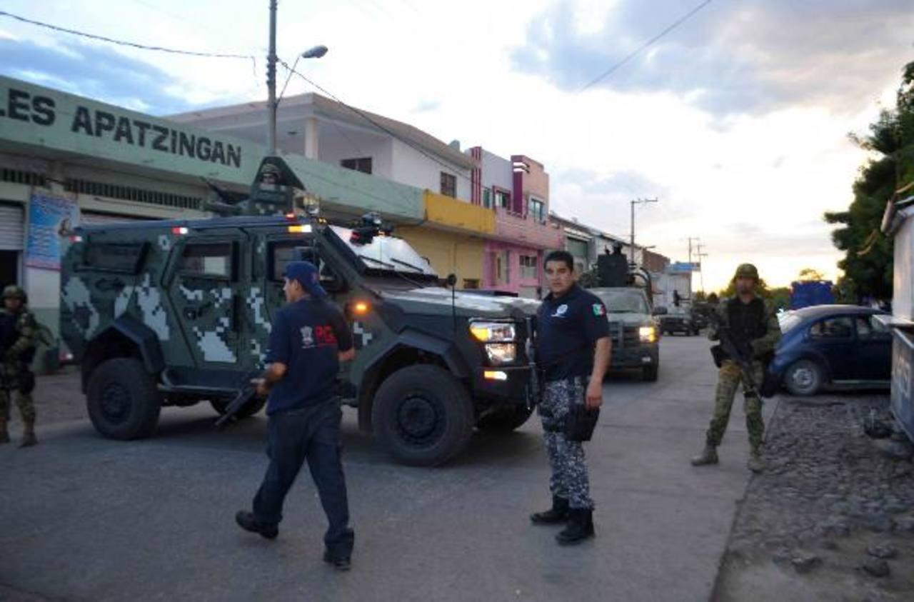 """Militares y policías federales mantienen fuertemente resguardado el sitio donde se encuentra el cuerpo del capo del narcotráfico, Nazario Moreno González, alias """"El Chayo"""", en Apatzingán, México. Foto/ EFE"""