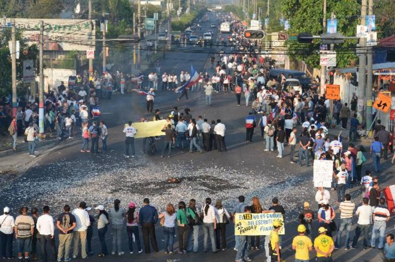 Militantes de ARENA cerraron calles ayer, en Ilopango, para pedir un recuento de votos. Foto EDH / Douglas Urquilla.
