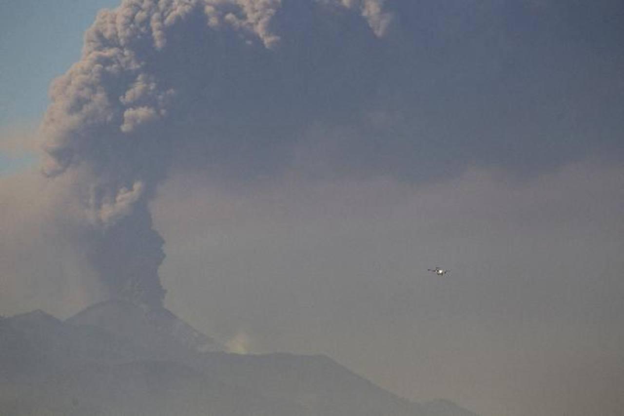 El volcán mantenía este domingo una extensa columna de ceniza que se podía observar desde la capital guatemalteca. Foto/ AP